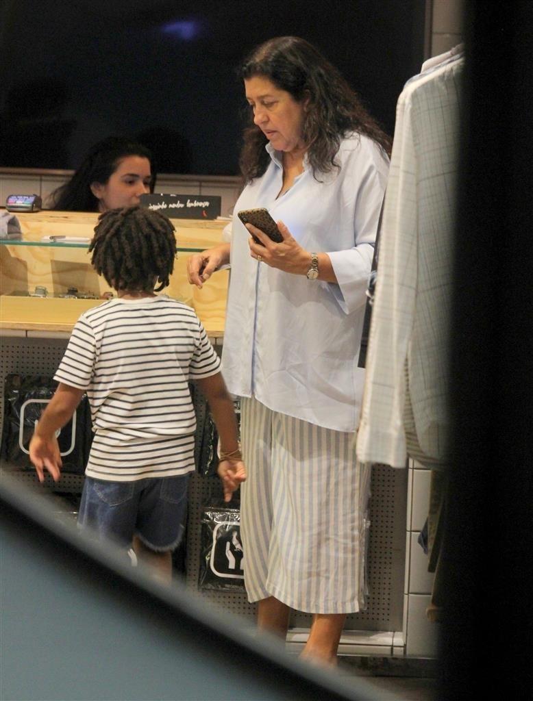 Regina ao lado de seu neto (Rodrigo Adao / AgNews)