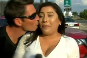 Repórter sofre assédio ao vivo na TV e resolve pedir ajuda a polícia (Foto: Reprodução)