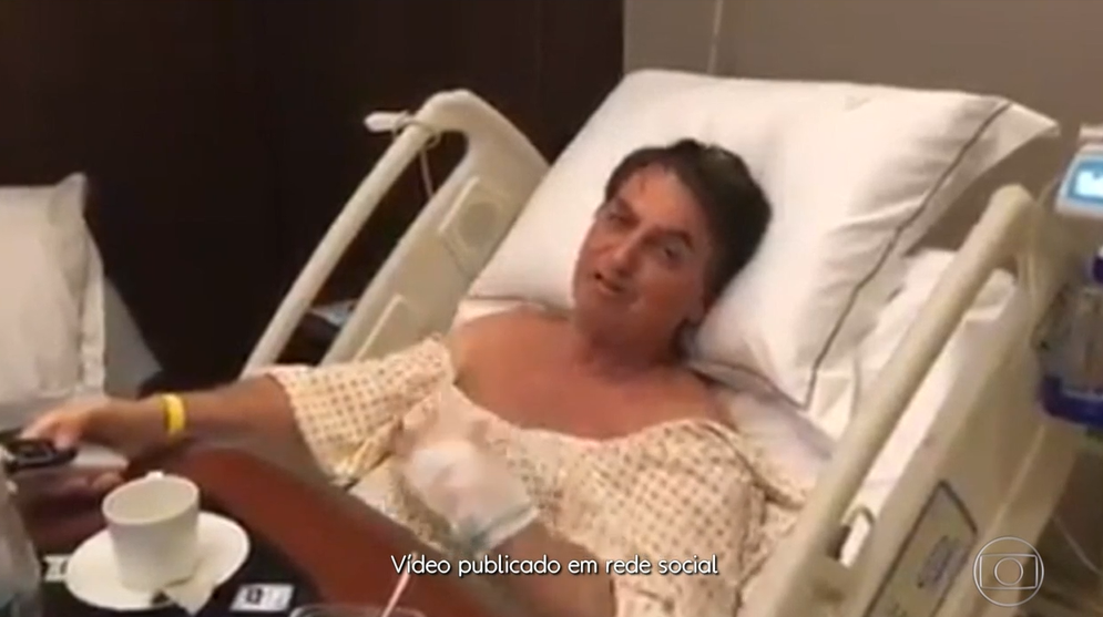 """Jair Bolsonaro foi filmado assistindo """"Chaves"""", no Multishow (Foto: Reprodução/Globoplay)"""