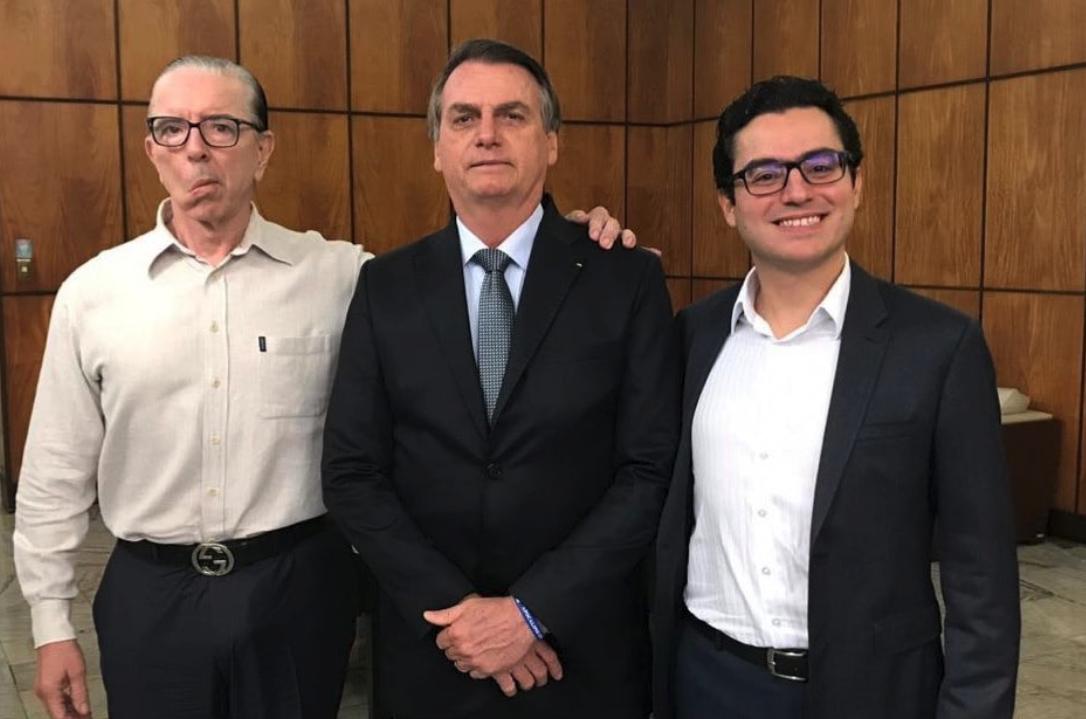 O presidente Jair Bolsonaro e os responsáveis por sua cirurgia (Foto: Reprodução)