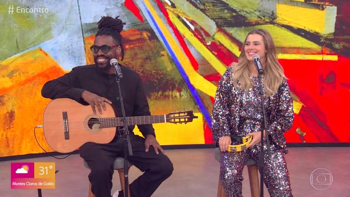 Carolina Dieckmann canta ao vivo no Encontro, mas não agrada. Foto: Reprodução/Globo