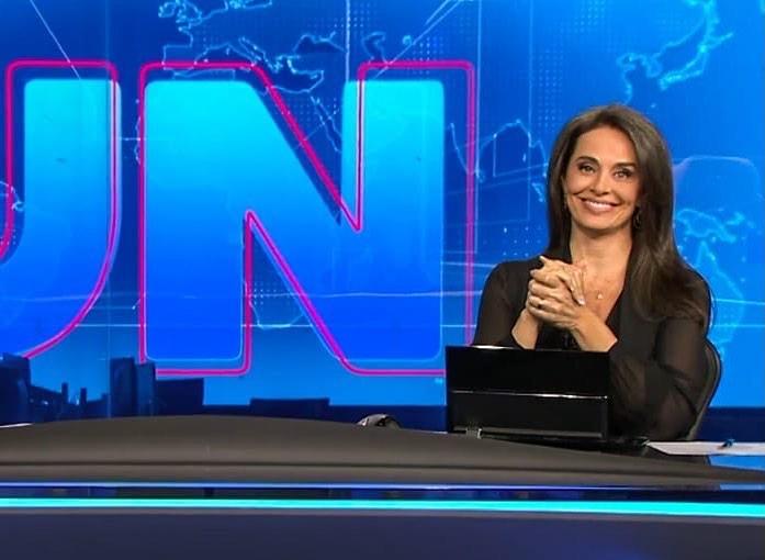 Carla Vilhena na bancada do Jornal Nacional, da Globo (Foto: Reprodução/Instagram)