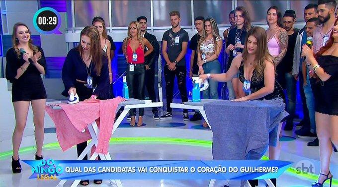 Quadro dentro do Xaveco no Domingo Legal do Celso Portiolli gerou polêmica ao colocar as candidatas para passar roupa ao vivo (Foto: Reprodução/ SBT)