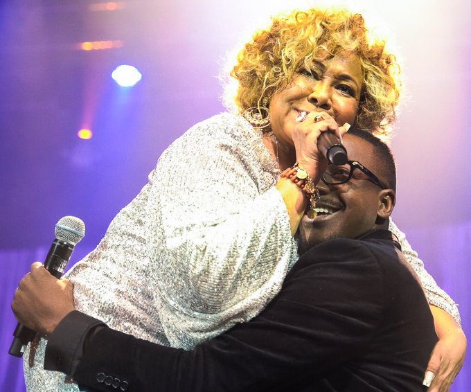 O cantor Mumuzinho brincou que segurou Alcione no colo ao participar de show da mesma no Rio de Janeiro neste fim de semana (Foto: Reprodução/ Twitter)