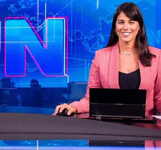 Jéssica Senra posa na bancada do Jornal Nacional (foto: divulgação/TV Globo)