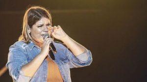 A cantora sertaneja, Marília Mendonça causou tumulto na internet ao despencar de palco durante show (Foto: reprodução)