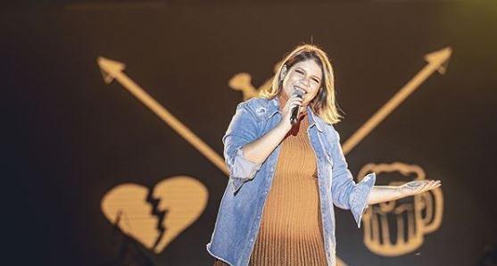 A cantora sertaneja, Marília Mendonça causou tumulto na internet ao despencar de palco do Só Toca Top da Globo (Foto: reprodução)