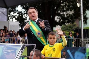 O menino que acompanhou o presidente Jair Bolsonaro em desfile foi atacado pelo portal Globo (Foto: Divulgação)