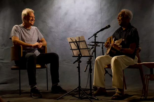 Pedro Bial fala sobre seu primeiro porre em uma conversa com Gilberto Gil (Foto: Mariana Vianna/Divulgação)
