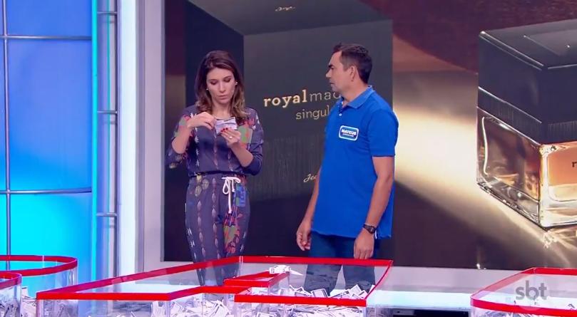 """Rebeca Abravanel com o participante Antonio Mateus no """"Roda a Roda Jequiti"""" (Foto: Reprodução/Twitter)"""