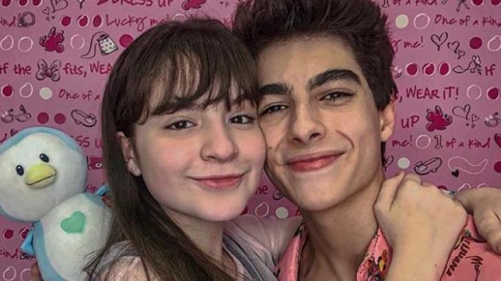 Sophia Valverde beija namorado durante viagem (Foto: Reprodução)