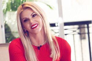 A apresentadora do Tricotando da RedeTV!, Val Marchiari (Foto: Reprodução)