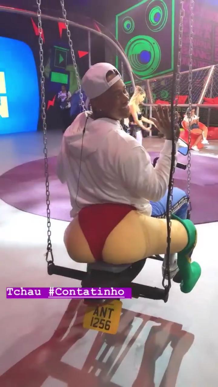 O amigo de Anitta, Leo Santana assustou os seus seguidores ao compartilhar uma foto em cima de um balanço pra lá de inusitado (foto: reprodução)