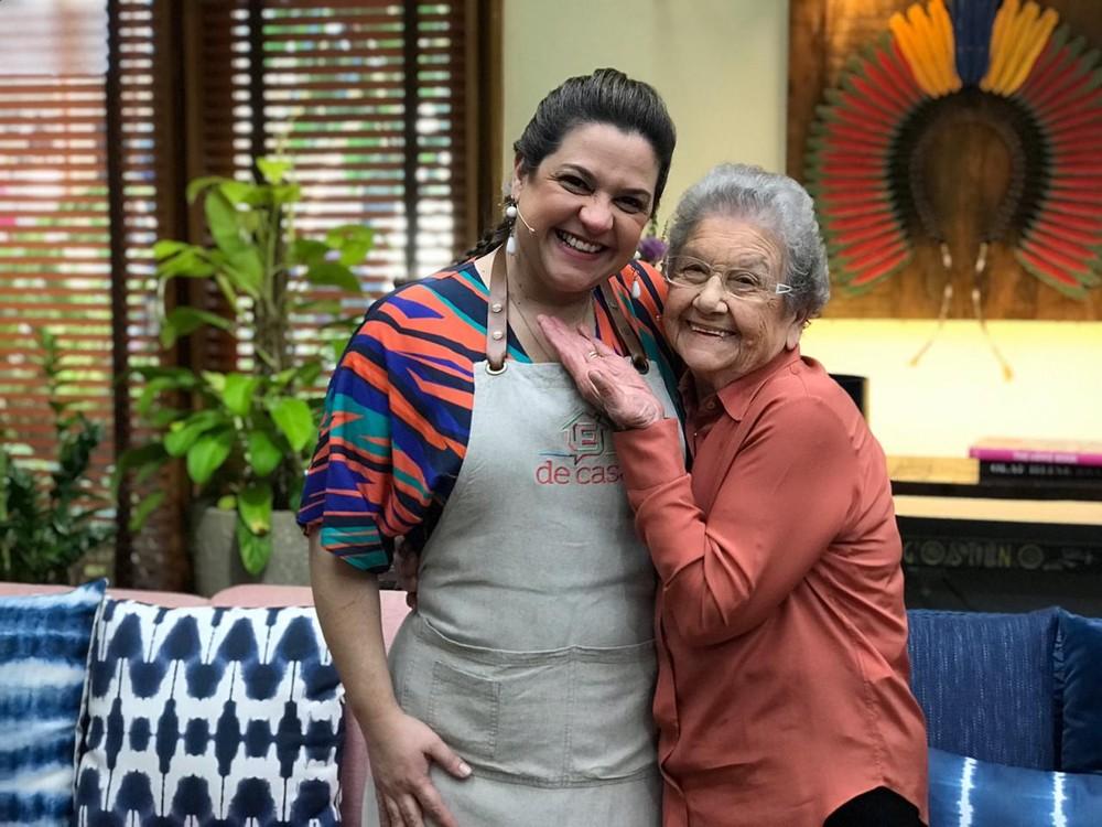 Palmeirinha Onofre com a neta, a confeiteira Adriana Rosa — (Foto: Sonia Schneiders/Gshow Rio)
