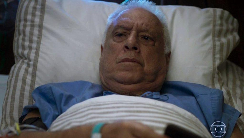 Na foto, o ator Antonio Fagundes está deitado em cama com roupas de hospital pelo seu personagem Alberto de Bom Sucesso