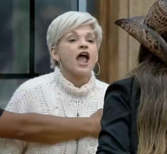 Andréa de Nóbrega e Drika Marinho protagonizaram uma briga em A Fazenda (Foto: Divulgação)