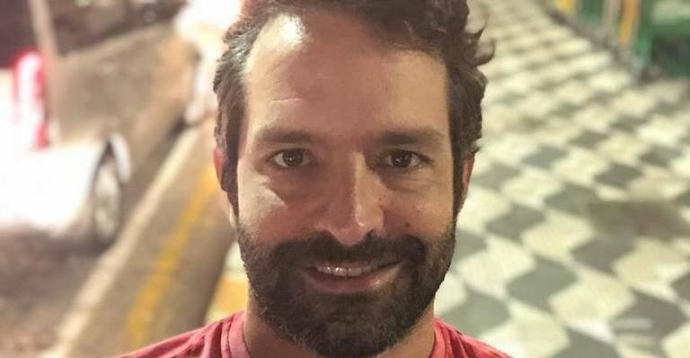 O ator Iran Malfinato comemorou seu retorno à TV com novo trabalho e deu o que falar em rede social (Foto: Divulgação)