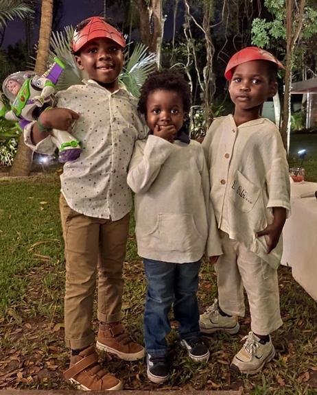 Bless, filho do ator Bruno Gagliasso e Giovanna Ewbank ao lado dos seus dois amigos, Tom e Loyd (Foto: Reprodução / Instagram)