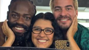 Regina Casé com Douglas Silva e Thiago Martins nas gravações de Amor de Mãe, próxima novela das nove da Globo (Foto: Reprodução/Instagram)