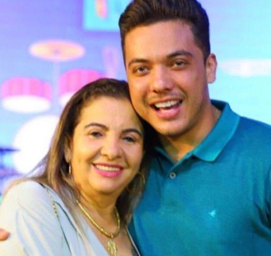Mãe do famoso cantor sertenejo, Wesley Safadão, Dona Bil é quem manda na família por trás da câmeras (Foto: Reprodução/Instagram)