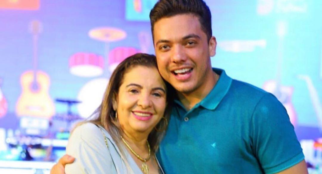 Mãe do famoso cantor sertanejo, Wesley Safadão, Dona Bil é quem manda na família por trás da câmeras (Foto: Reprodução/Instagram)
