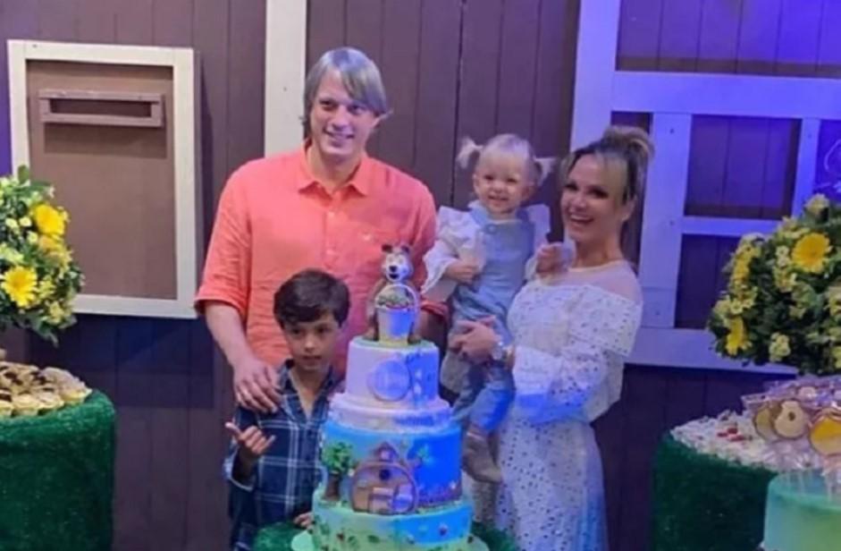 A apresentadora Eliana está comemorando o aniversário da filha, Manu (Foto: Reprodução)
