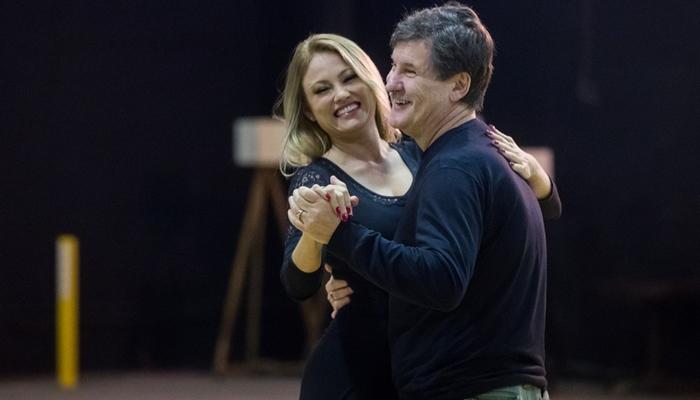 Ellen Rocche e Antonio Calloni em aula de dança para seus personagens no remake da novela Éramos Seis (Foto: Globo/Raquel Cunha)