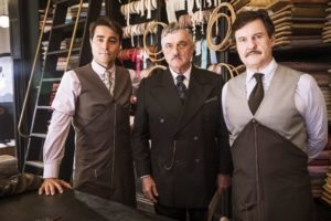Na imagem divulgada pela Globo estão os atores Werner Schünemann, Antonio Calloni e Ricardo Pereira com trajes de seus personagens da novela Éramos Seis