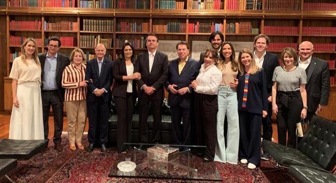 Familiares e convidados acompanham Silvio Santos e Edir Macedo durante jantar com Bolsonaro (Foto: Divulgação)