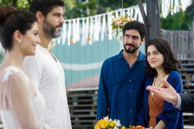 Helena (Carol Castro) e Hussein (Bruno Cabrerizo) se casam com a presença de Jamil (Renato Goes) e Laila (Julia Dalavia) em Órfãos da Terra (Foto: Globo/Raquel Cunha)