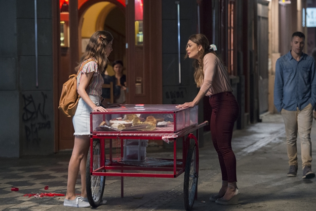 Maria da Paz (Juliana Paes) encontra Joana (Bruna Hamú) em A Dona do Pedaço (Foto: Globo/Estevam Avellar)