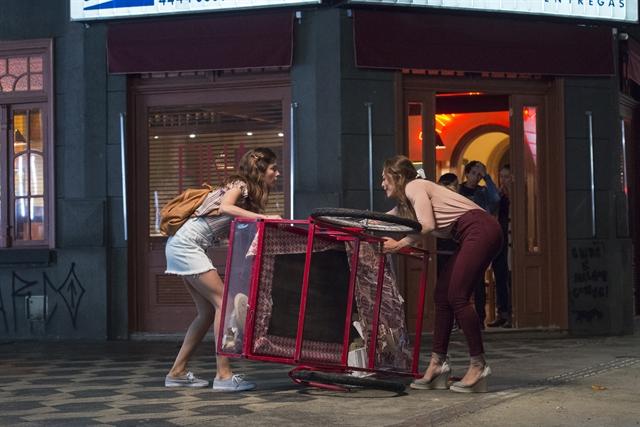 Joana (Bruna Hamú) ajuda Maria da Paz (Juliana Paes) em cena de A Dona do Pedaço (Foto: Globo/Estevam Avellar)