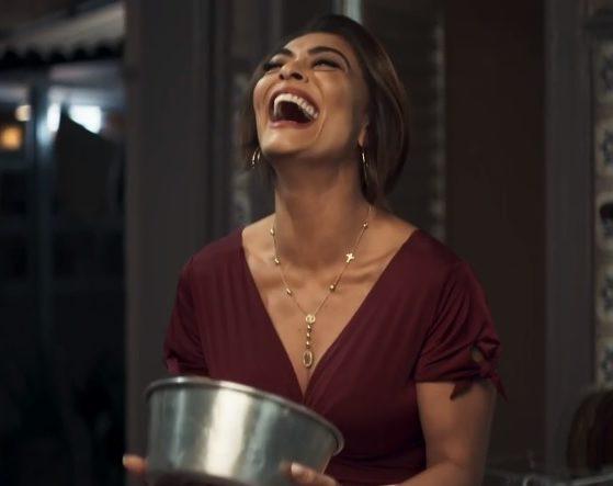 Maria da Paz (Juliana Paes) choca família tradicional falando de órgão genital masculino em A Dona do Pedaço (Reprodução: Rede Globo)
