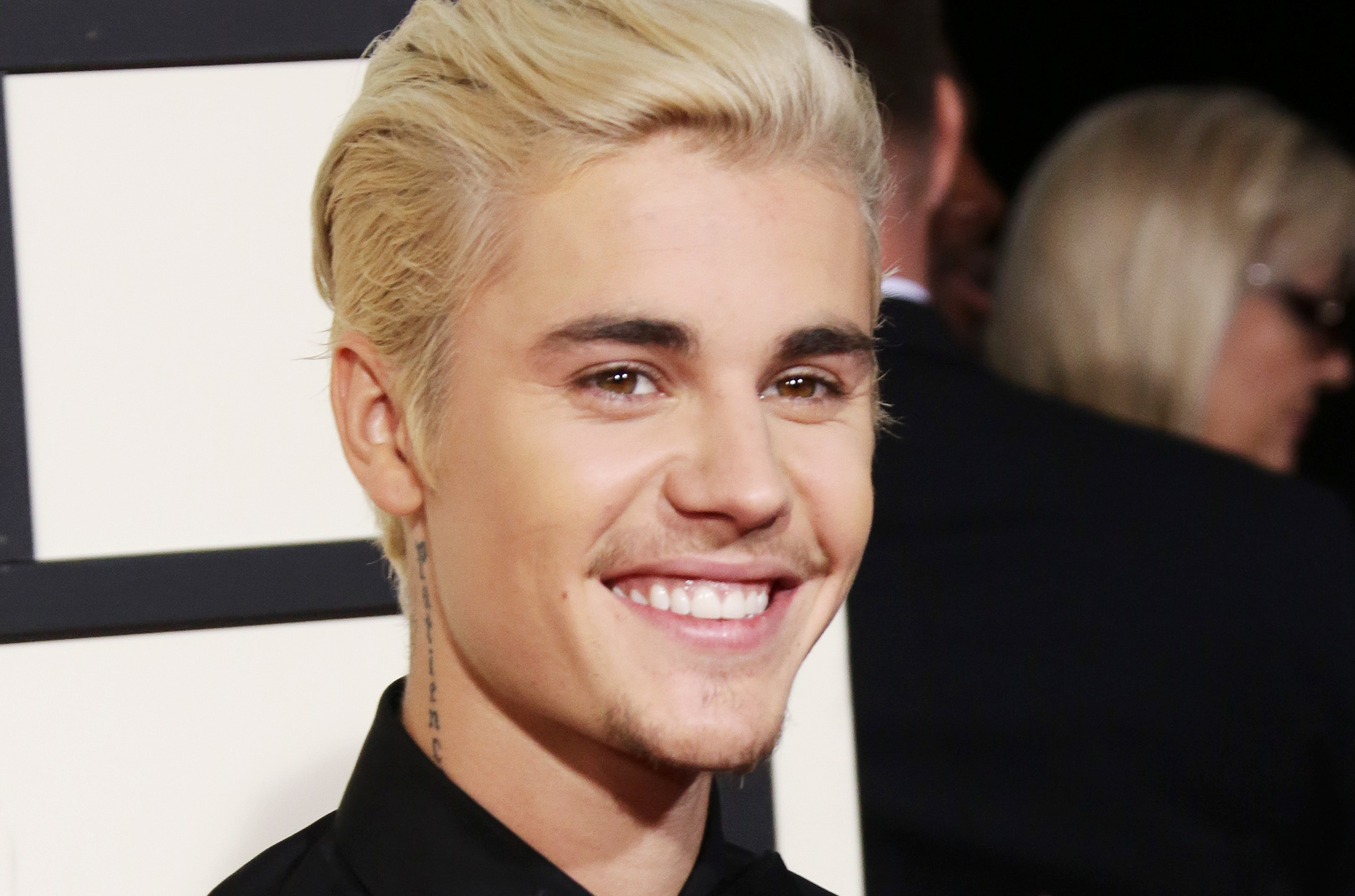 O cantor Justin Bieber vai a igreja, canta louvores e expõe seus problemas (Foto: Reprodução))