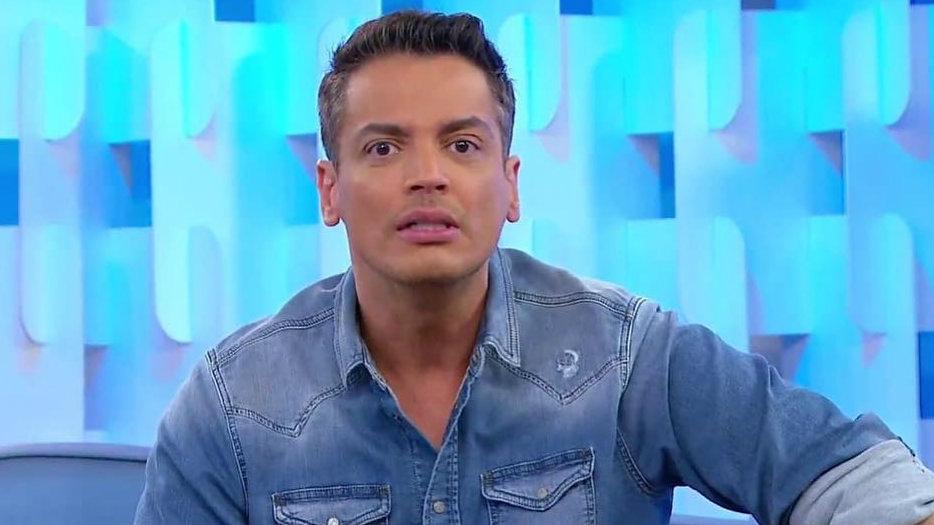 Leo Dias no comando do programa Fofocalizando, do SBT. O apresentador se manifestou sobre o caso de Pedro Scooby. (Foto: Reprodução)