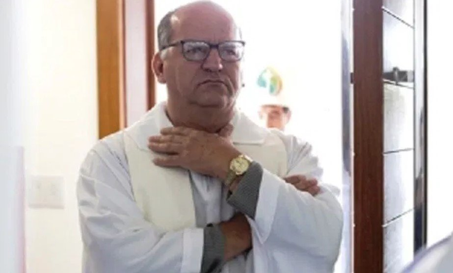 Um padre famoso na cidade de Pitangui foi afastado de suas funções por cantar homem casado (Foto: Reprodução)