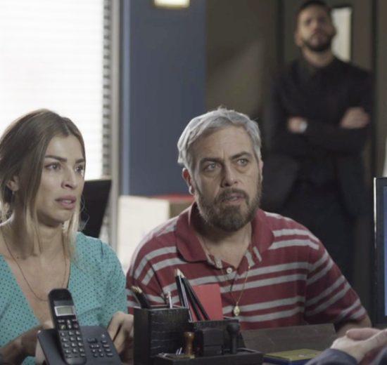 Paloma prestando depoimento em Bom Sucesso, novela das 19h (Foto: Reprodução)