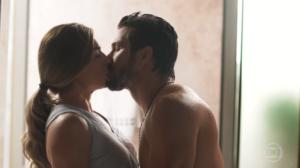 Paloma (Grazi Massafera) e Marcos (Romulo Estrela) darão beijaço em Bom Sucesso, novela das sete da Globo (Foto: Reprodução/Globo)