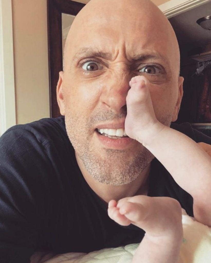 Paulo GustavoPaulo Gustavo brinca com o pezinho do filho Gael. (Foto: Reprodução/Instagram)