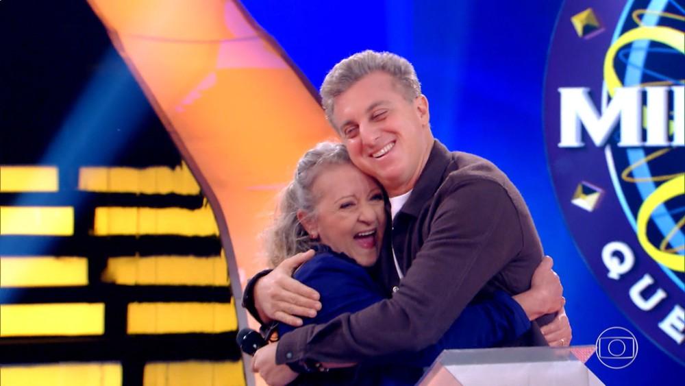 Luciano Huck ao lado de uma participante de seu programa na Globo (Foto: Reprodução)