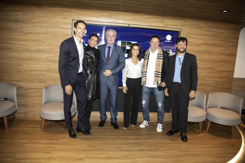 O time de apresentadores do JR posa ao lado de Antonio Guerreiro, vice-presidente de Jornalismo (foto: divulgação/RecordTV)
