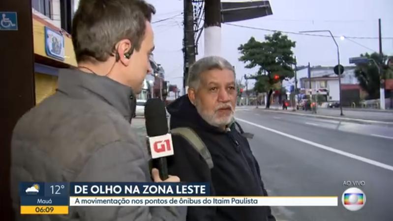 O repórter Tiago Scheuer foi surpreendido por homem que disse assistir o SBT durante entrevista no Bom Dia São Paulo (Foto: Reprodução/Globo)