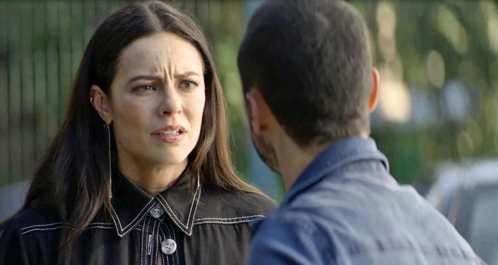 Na foto está Vivi interpretada por Paolla Oliveira confusa em cena de A Dona do Pedaço