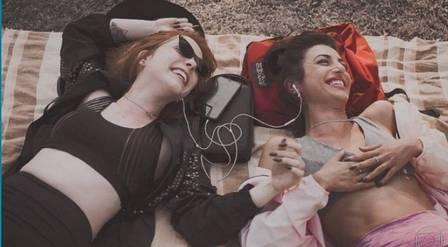 Bia Arantes e Anajú Dorigon em cena da novela das 19h da TV Globo Órfãos da Terra, que criou um relacionamento homoafetivo entre as duas mulheres que movimentou a reta final da trama (Foto: Reprodução/ Instagram)