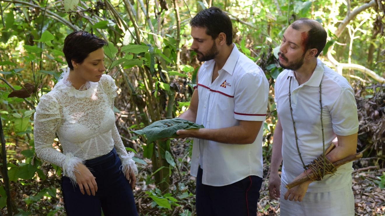 Antonio mostra larvas para a Sophia como forma de sobreviver em Topíssima