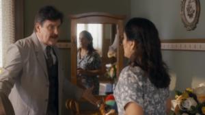 Júlio (Antonio Callloni) vai agredir Lola (Gloria Pires) em Éramos Seis (Foto: Reprodução/Globo)