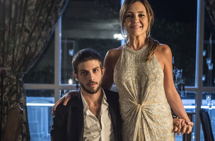 Chay Suede será Danilo, filho de Thelma (Adriana Esteves) em Amor de Mãe, próxima novela das nove da Globo (Foto: Globo/Mauricio Fidalgo)