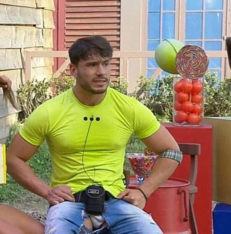 Lucas Viana já  rasgou a calça e mostrou a parte íntima em A Fazenda (Reprodução: PlayPlus)