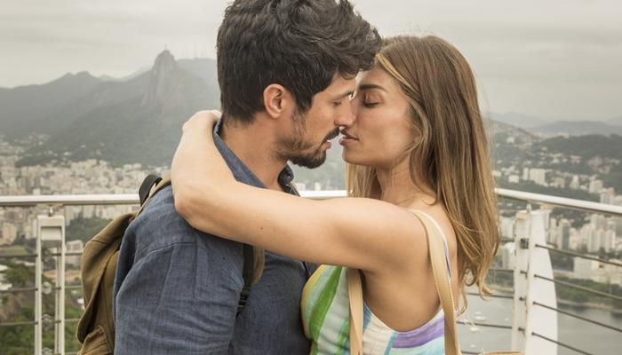 Marcos (Romulo Estrela) beija Paloma (Grazi Massafera) em Bom Sucesso (Foto: Globo/João Cotta)