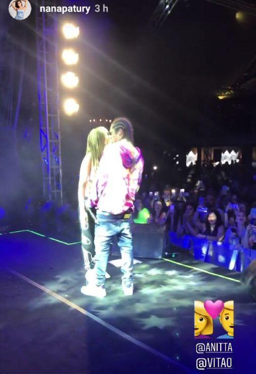 Anitta e Vitão derão um beijo durante o show em Itajaí (Foto: Reprodução/ Instagram)